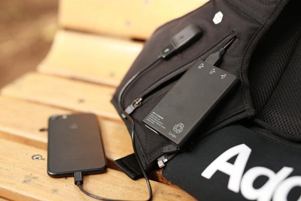 AddElm Wearable Backpack フロントポケット